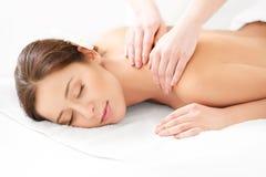 Massagem. Close-up de uma mulher bonita que obtém o tratamento dos termas Foto de Stock Royalty Free