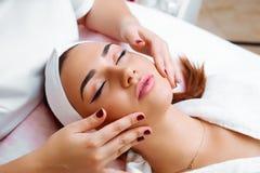 Massagem cosmética, tratamento facial foto de stock royalty free