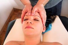 A massagem da cabeça e a cara nos termas centram-se Imagens de Stock