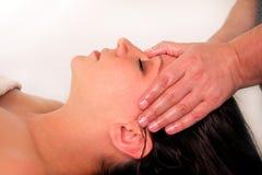 A massagem da cabeça e a cara nos termas centram-se Foto de Stock Royalty Free