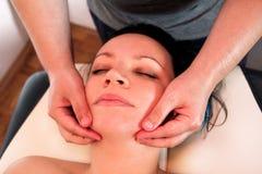 A massagem da cabeça e a cara nos termas centram-se Fotos de Stock Royalty Free