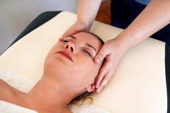 A massagem da cabeça e a cara nos termas centram-se Foto de Stock