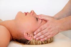 A massagem da cabeça e a cara nos termas centram-se Imagem de Stock