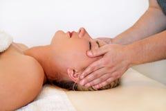 A massagem da cabeça e a cara nos termas centram-se Fotos de Stock
