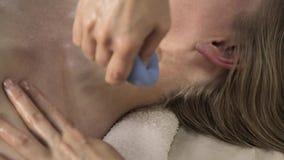 A massagem da cara e do decolletage do vácuo, esteticista faz massagens com bancos do vácuo video estoque