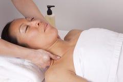 Massagem da garganta na mulher Fotos de Stock