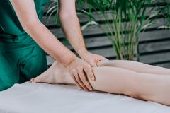 Massagem da vitela do p? foto de stock