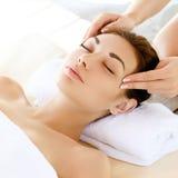 Massagem de cara. Close-up de uma jovem mulher que obtém o tratamento dos termas. foto de stock