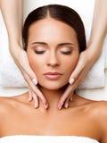 Massagem de cara. Close-up de uma jovem mulher que obtém o tratamento dos termas. Fotos de Stock Royalty Free