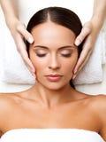 Massagem de cara. Close-up de uma jovem mulher que obtém o tratamento dos termas. Imagem de Stock