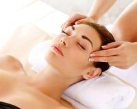 Massagem de cara. Close-up de uma jovem mulher que obtém o tratamento dos termas. imagens de stock royalty free