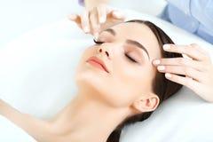 Massagem de cara Close-up de uma jovem mulher que obtém o tratamento dos termas Imagem de Stock