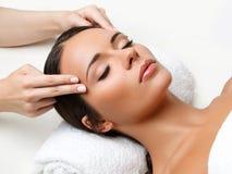 Massagem de cara. Close-up de uma jovem mulher que obtem o tratamento dos termas. Imagens de Stock