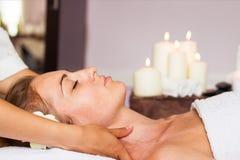 Massagem de cara Close-up de uma mulher bonita que obtém termas Treatmen foto de stock