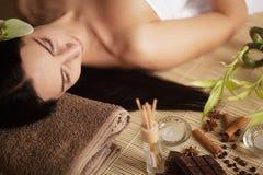 Massagem de cara Close-up de uma jovem mulher que obtém o tratamento dos termas imagens de stock