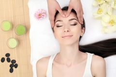 Massagem de cara Close-up de uma jovem mulher que obtém o tratamento dos termas foto de stock