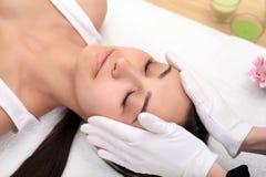 Massagem de cara Cuidado da pele e do corpo dos termas Close-up do ge da jovem mulher fotos de stock