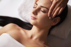 Massagem de cara dos termas Tratamento facial Salão de beleza dos termas terapia imagens de stock royalty free
