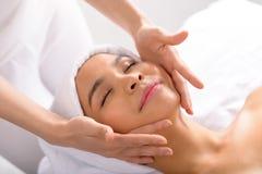 Massagem de cara profissional fotos de stock royalty free