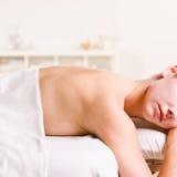 Massagem de espera da mulher Foto de Stock Royalty Free