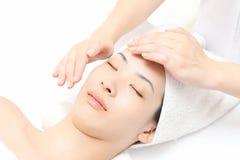 Massagem de face fotos de stock