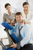 Massagem de obtenção executiva no escritório imagem de stock