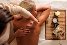 Massagem de obtenção fêmea do abrandamento no salão de beleza de beleza Fotos de Stock