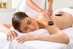 Massagem de pedra foto de stock royalty free