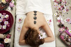 Massagem de pedra quente Imagens de Stock
