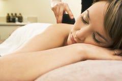 Massagem de pedra quente fotos de stock royalty free