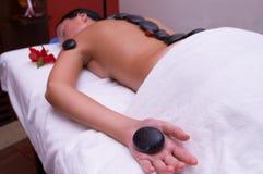 Massagem de pedra vulcânica Fotografia de Stock Royalty Free