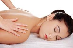 Massagem de relaxamento da mulher consideravelmente nova foto de stock royalty free