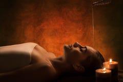 Massagem de Shirodhara foto de stock royalty free