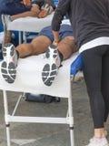 Massagem do abrandamento dos atletas antes do evento desportivo Imagens de Stock