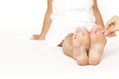 Massagem do dedo do pé Fotos de Stock Royalty Free