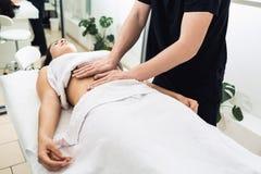 Massagem do estômago nos termas A clínica cosmética, termas, bem-estar centra-se, conceito dos cuidados médicos Fotos de Stock