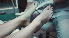 Massagem do massageFoot do pé no paciente vídeos de arquivo
