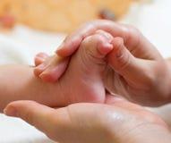 Massagem do pé do bebê Fotos de Stock Royalty Free
