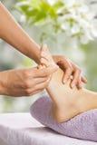 Massagem do pé no salão de beleza dos termas Fotos de Stock