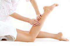 Massagem do pé no salão de beleza dos termas isolado no branco Imagem de Stock Royalty Free