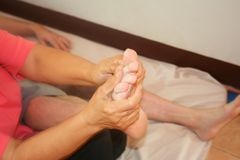 Massagem do pé, massagem tailandesa imagem de stock