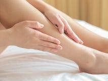Massagem do pé do tratamento dos termas imagens de stock