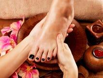 Massagem do pé da mulher no salão de beleza dos termas Fotografia de Stock