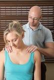 Massagem do quiroprático os ombros do paciente da fêmea Foto de Stock