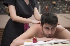 Massagem dos esportes Terapeuta da massagem que faz massagens ombros de um homem Fotografia de Stock Royalty Free