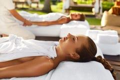 Massagem dos pares dos termas Mulher romântica, homem que relaxa fora fotografia de stock royalty free