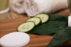 Massagem dos termas, ajustando-se com rolado, toalha, luz de vela Foto de Stock