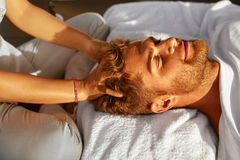 Massagem dos termas Homem que aprecia relaxando a massagem principal fora beleza Imagens de Stock