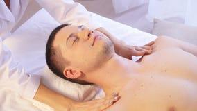 Massagem dos termas para a saúde do homem vídeos de arquivo