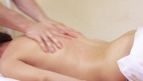 A massagem entrega as partes traseiras video estoque